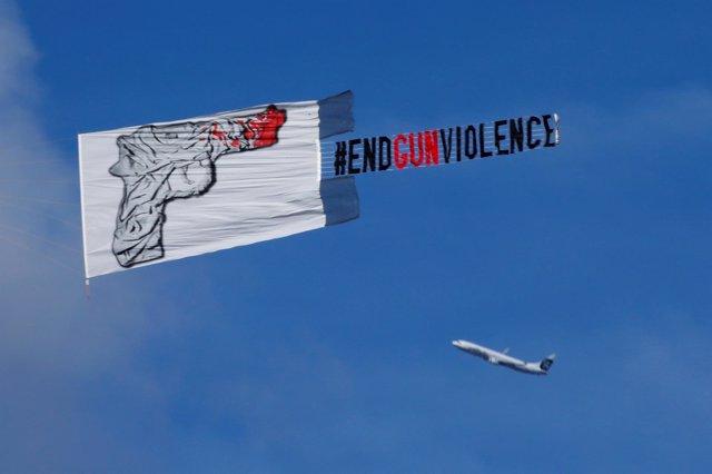Pancarta contra las armas durante un homenaje por las víctimas de Orlando