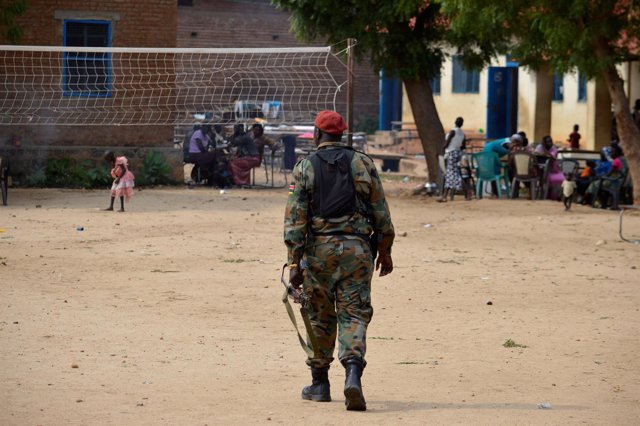 Un militar patrulla una zona con desplazados en Yuba, capital de Sudán del Sur