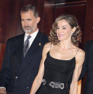 La Reina Letizia sorprende con su look de los años 20 de la mano de Felipe Varela