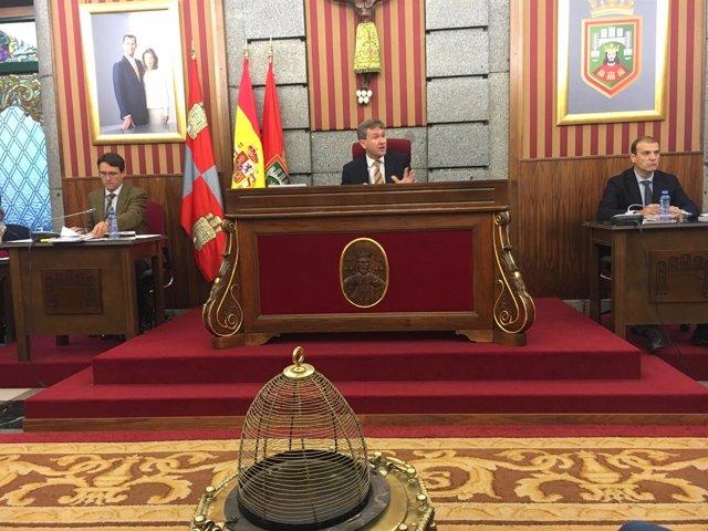 El alcalde preside el pleno extraordinario del Ayuntamiento de Burgos