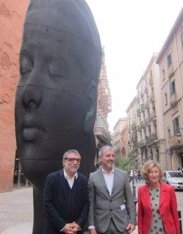 J.Plensa, J.Collboni y M.Carulla,ante 'Carmela'