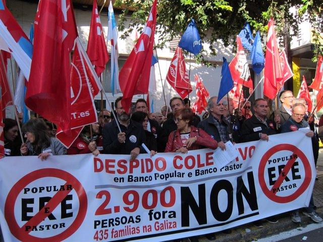 Protesta de la plantilla del Popular frente al Parlamento de Galicia.