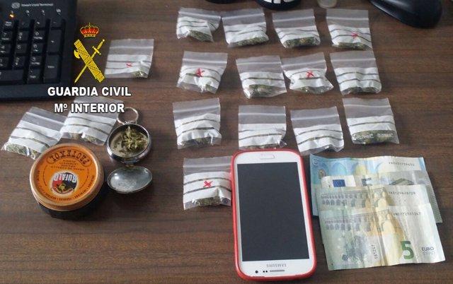 Marihuana, dinero y otros objetos intervenidos por la Guardia Civil.