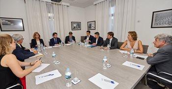 Alonso cierra filas con los empresarios de Tenerife y exige una solución...