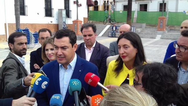 El presidente del PP andaluz, Juanma Moreno, y Dolores López.