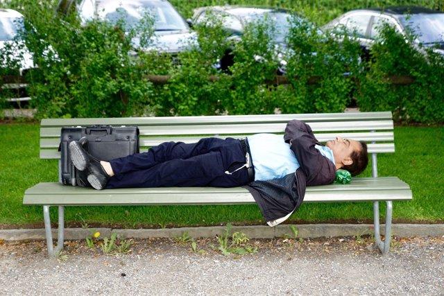 Hombre durmiendo en el parque
