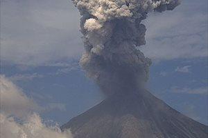 El volcán de Fuego, en México, emite exhalaciones de 2.000 metros