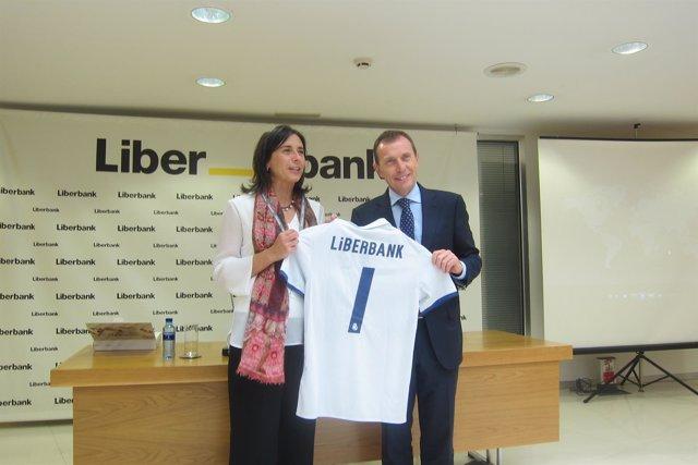 Ana Echenique y Emilio Butragueño en las oficinas de Liberbank en Oviedo.