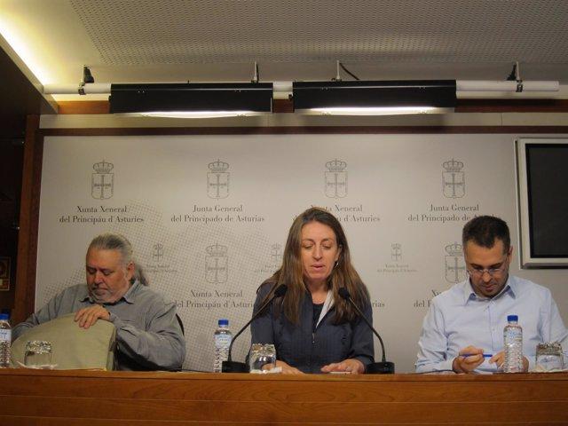 La diputada de Podemos Lorena Gil con asesores del grupo