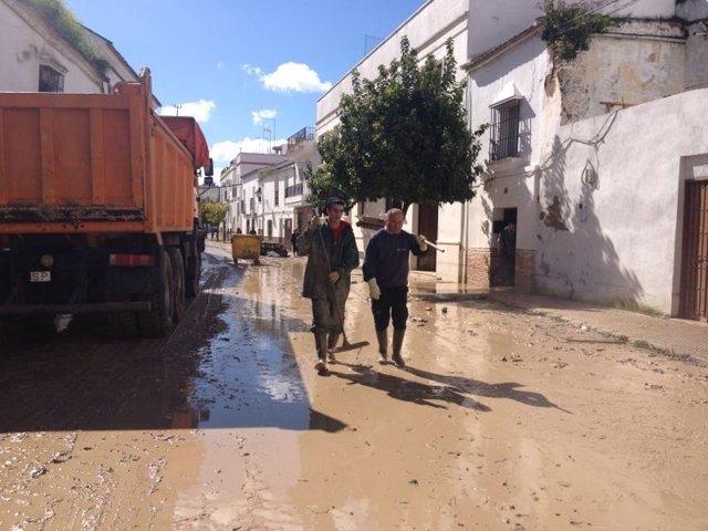 Labores de limpieza en Écija por la inundación al desbordarse el Argamasilla