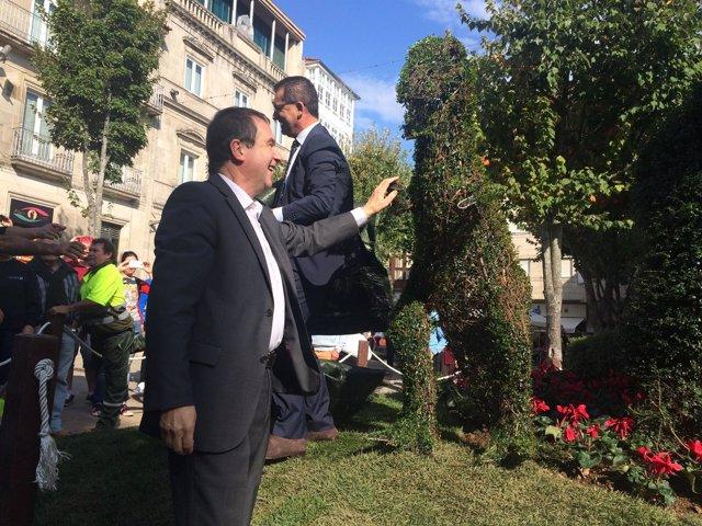 El alcalde de Vigo con el Dinoseto y su cría.