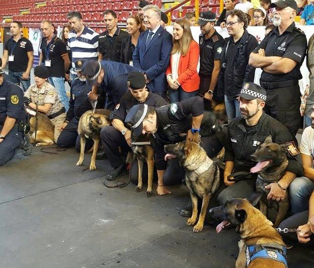 Ruiz (centro) durante la Exhibición de Unidades Caninas