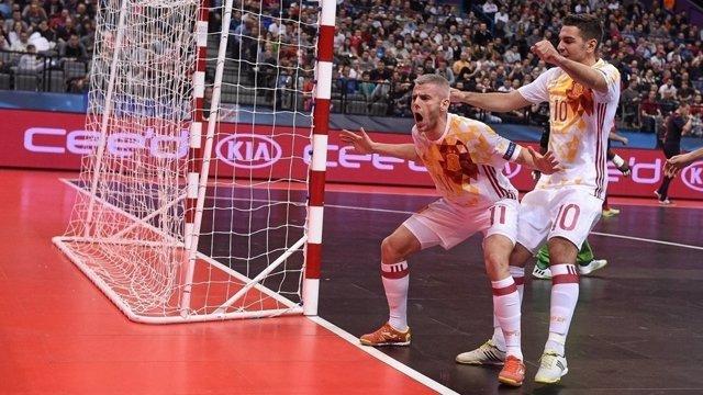 Miguelín celebra el primer gol de España