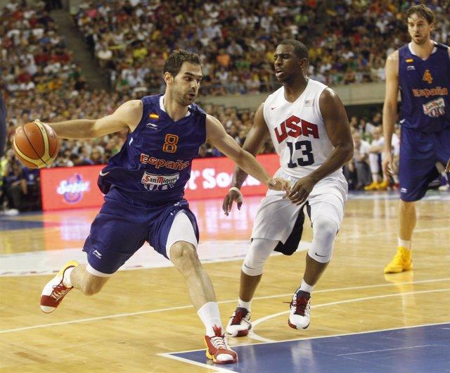 José Manuel ante Chris Paul en un partido España-Estados Unidos