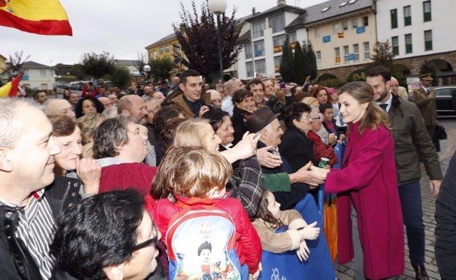 Doña Letizia saluda a vecinos de Los Oscos