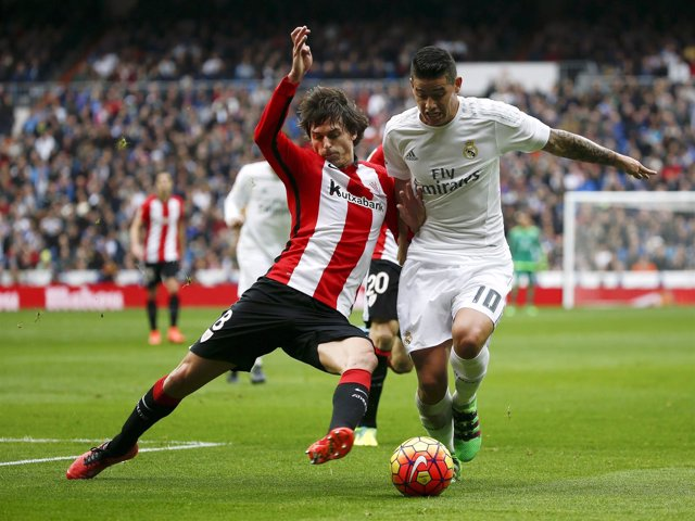 James Rodríguez ante Ander Iturraspe en un Real Madrid-Athletic