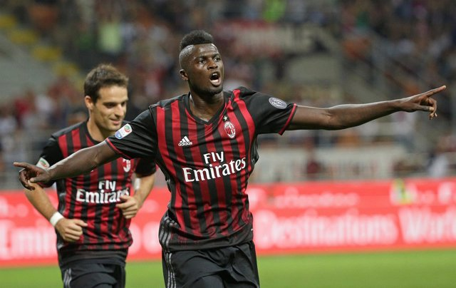 Mbaye Niang celebra un gol con el AC Milan