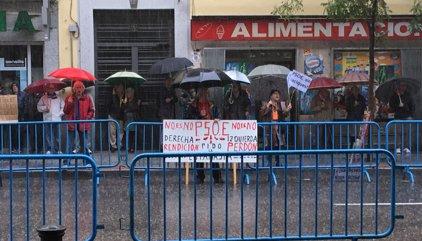 Una desena de simpatitzants del PSOE a favor del 'no' es concentra en Ferraz