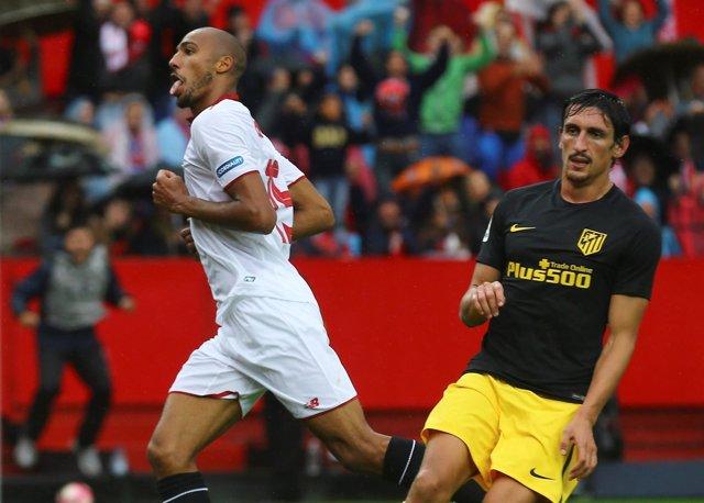 N'Zonzi celebra un gol del Sevilla ante Savic, del Atlético de Madrid