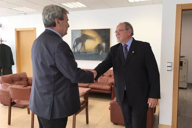 Rafael de la Sierra con el presidente de la Casa de Cantabria en BCN