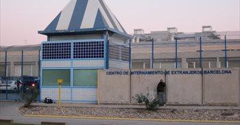 Unos 70 internos del CIE de Barcelona inician una huelga de hambre para...