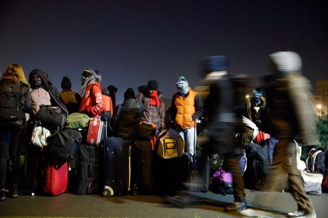 Inmigrantes y refugiados en el desalojo del campamento de Calais