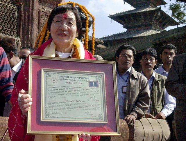 Junko Tabei recibe el certificado como la primera mujer en escalar el Everest.
