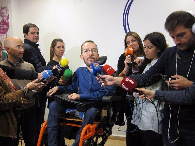 Pablo Echenique (Podemos) atendiendo a los medios este lunes en Zaragoza