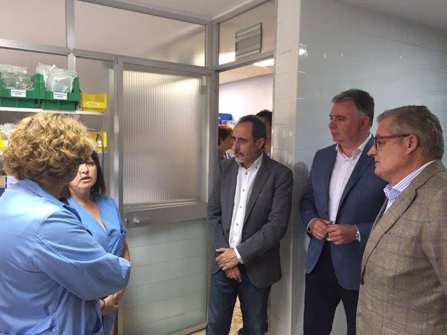 El delegado de la Junta en Huelva, Francisco Romero, en el Hospital de Riotinto.