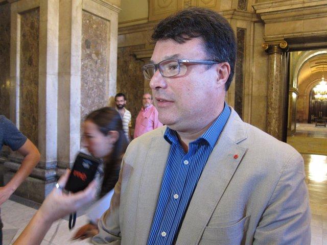 Joan Josep Nuet (EUiA) atiende a los medios en el Parlament