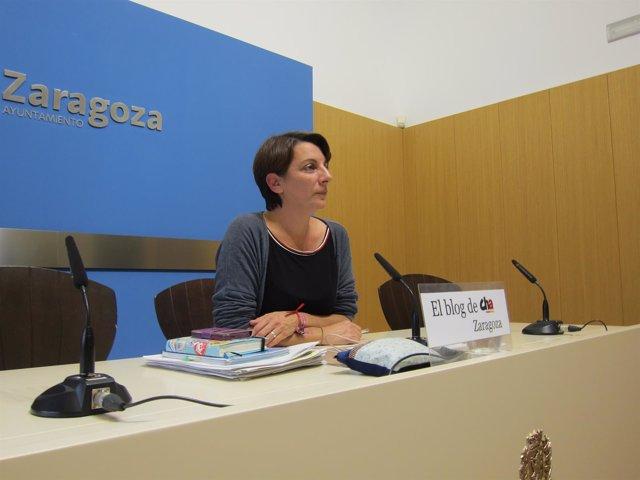La concejal de CHA, Leticia Crespo, en rueda de prensa en el Ayuntamiento