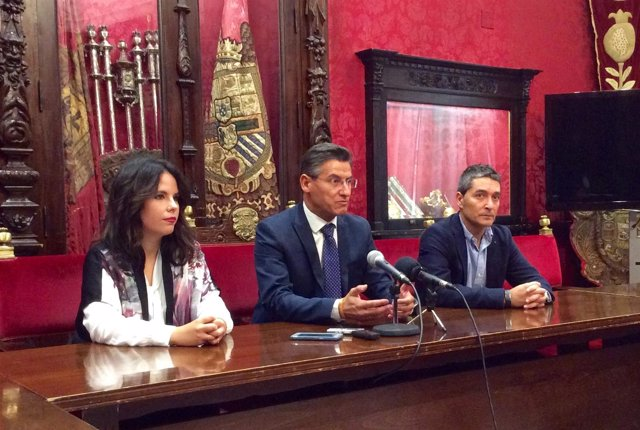 Luis Salvador, en el centro, en rueda de prensa