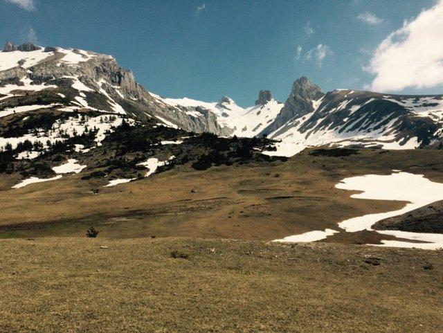Los Pirineos, montañas, paisaje, nieve