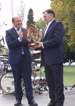 Pedro Antonio Sánchez entrega un premio a Jose Antonio Camacho