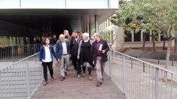 Un centenar de veïns i càrrecs polítics fan costat als edils de Badalona davant del jutjat (EUROPA PRESS)