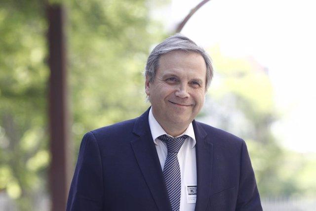 Antonio Miguel Carmona llega al debate de investidura de Cifuentes