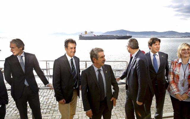 Las autoridades ven desde el Palacete la entrada del buque de la línea de CLdN