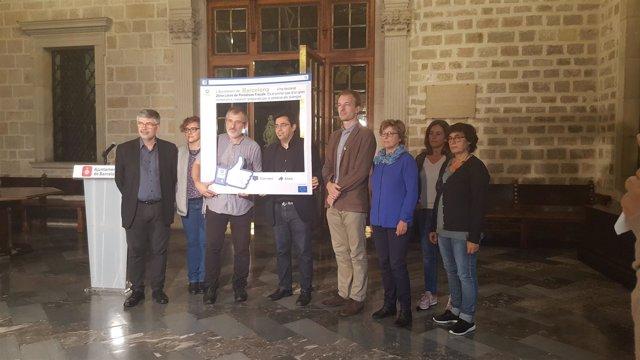 Francesc Mateu (Oxfam Intermón) entrega un 'Me gusta' a Gerardo Pisarello