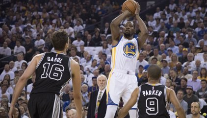 Los Spurs arrasan a los Warriors en el debut oficial de Pau