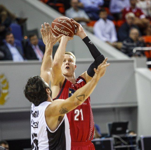 Robin Benzing jugando el partido Tecnyconta Zaragoza - Dominion Bilbao Basket