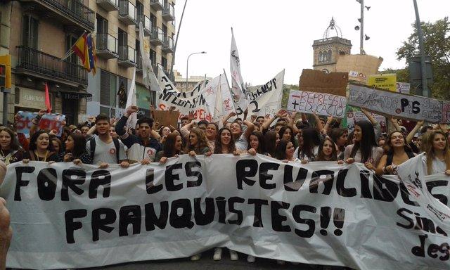 Más de 3.000 estudiantes se manifiestan en Barcelona contra las 'reválidas'