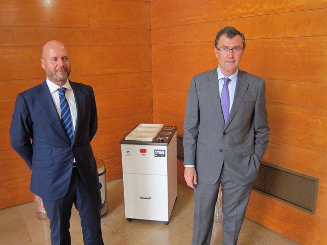 Ballesta y Gastón posan con una máquina de recogida de residuos