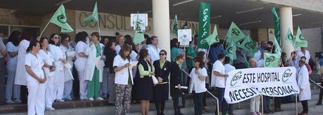 El sindicato Csif se concentra en el Hospital Juan Ramón Jiménez de Huelva.