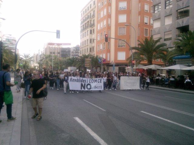 Los estudiantes, este miércoles por la avenida de la Estación