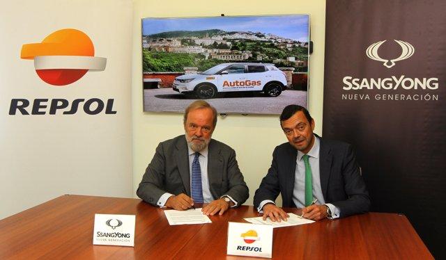 Miguel Apoita Alonso, de Repsol Autogas, y Pedro Cabeza Gil-Casares, de SangYong