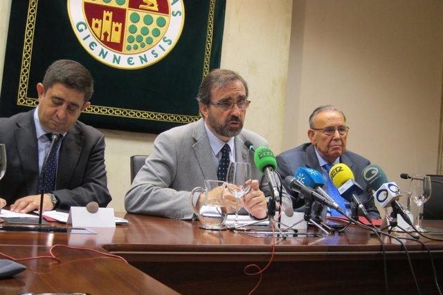 El rector de la UJA, Juan Gómez (c), en la rueda de prensa.