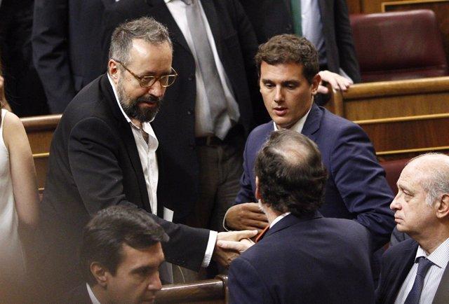 Mariano Rajoy saluda a Albert Rivera y a Juan Carlos Girauta