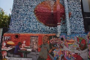 El grafiti urbano llena de color las calles de Brasil