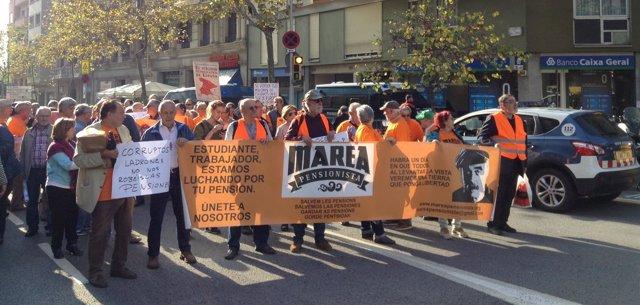 200 Activistas De Marea Pensionista Frente A La Sede Del PP Catalán.