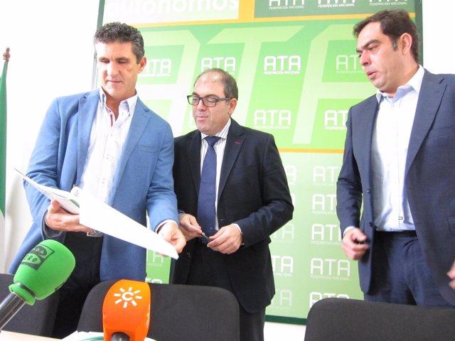 Lorenzo Amor (centro) con otros dirigentes de ATA